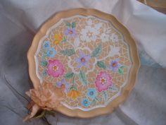 Pequena bandeja de madeira pintada com florais.