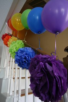 Decor at a Rainbow Party #kids# decor +++ Arcoiris de globos decoraciones escalera con pom pom