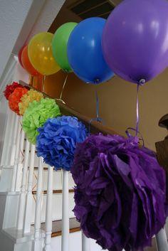 Decor at a Rainbow Party #kids# decor +++ Arcoiris de globos decoraciones escalera con pom pom