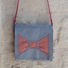 http://blomming.com/mm/Martigianato/items/borsa-in-pelle-celeste-fiocco-rosa?view_type=thumbnail