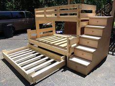 Lit superposé de 3 places fait en palette de bois