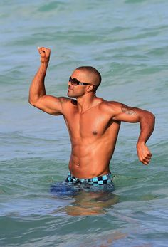 ***NO CANADA RIGHTS***.Shemar Moore relaxes on the beach with a group of female friends, and takes turns lifting the bikini clad ladies onto his shoulders. Bikini Clad, The Bikini, Sherman Moore, Abs Pictures, Female Friends, Nice Body, Pretty People, Cheese Grater, Hot Guys