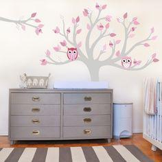 Baum mit lustigen rosanen Eulen mit großen Augen