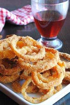 Gli anelli di #cipolla #croccanti sono fritti con una #pastella preparata con due tipi di #farina che li rendono più sfiziosi e croccanti delle patatine! Perfetti come #antipasto o per l'#aperitivo! Finger Food Appetizers, Appetizer Recipes, Buffet, Macro Meals, Macro Recipes, Gnocchi Recipes, Cata, Onion Rings, Frittata