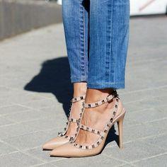 Hoy en C2T (link en bio) con mis nuevos #rockstud nude de @maisonvalentino #ootd #Valentino #shoes #shoeporn #heels http://www.condostacones.es by estefaniac2t