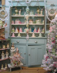 Great resource for pink Christmas decor.
