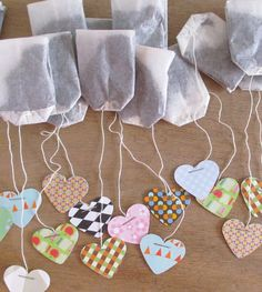 trouwbedankje gemaakt van theezakjes met hartjes.