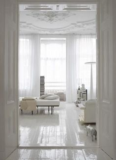 All white room with gloss white floors and ornate ceiling / interior design /european Black White Bedrooms, White Rooms, My Living Room, Living Spaces, Living Area, White Wood Floors, White Flooring, White Floorboards, Painted Hardwood Floors