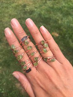 Ruwe Peridot Ring | RAW Crystal Ring | Peridot Jewelry | Electroformed Ring | Ruwe stenen Ring Een Raw Peridot Crystal electroformed op een handgemaakte koperen ring. Geen twee zijn precies gelijk. ** Fotos tonen een aantal ringen met inbegrip van een zwarte toermalijn ring. Dit is