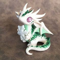 Green-Speckled-Snowflake-Dragon-Sculpture d'autres figurines pokemon : Polymer Clay Dragon, Polymer Clay Kawaii, Polymer Clay Figures, Polymer Clay Animals, Polymer Clay Miniatures, Polymer Clay Projects, Polymer Clay Charms, Polymer Clay Creations, Clay Crafts