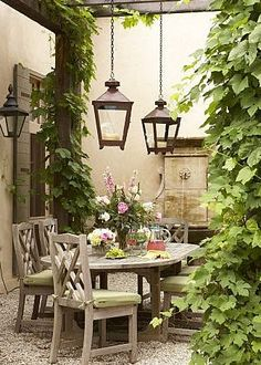 gravel patio + lanterns + ivy