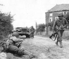 Soldados de la 79 Div. del 314 Rgto. Infantería de los Estados Unidos lanzan un ataque desde la ciudad de La Haye du Puits. Están en el camino de Bolleville-Barneville, en la entrada noroeste de la ciudad, cerca de la maison Lesage, que había sido ocupada por los alemanes. Esta foto fue tomada el 9 de julio de 1944, la población de La Haye du Puits estaba en manos de los estadounidenses desde la noche anterior. p012268 | Flickr: Intercambio de fotos
