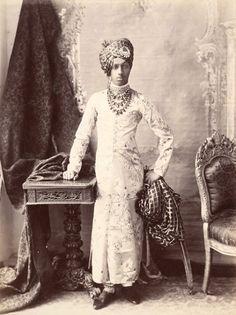 (INDIA) {Sardar Singh} the Maharaja of Jodhpur. Vintage India, History Of India, African History, Vintage Photographs, Vintage Photos, Monsoon Wedding, Royal Indian, Indian Textiles, Jodhpur