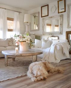 47 Inspiring Shabby Chic Living Room Ideas - Have smart thoughts when you want to decorate a room cheaply and nicely. Some people believe that redecorating a living room will involve a big budget. Cottage Shabby Chic, Shabby Chic Farmhouse, Shabby Chic Interiors, Shabby Chic Homes, Shabby Chic Living Room Decor, Farmhouse Front, Cottage Style, Modern Farmhouse, Farmhouse Style