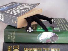 Introducción SPLAT de la tapa que vende aguja fieltro gato favorito de BenMcfuzzylugs. Este Splat es gato negro hecho de fieltro y paño grueso y suave y firmemente la aguja de fieltro en un marcador con dos lindo gatito patas asomando fuera de la base del libro ::: Dos veces en la portada de Etsy::: Un splat 1/2 es un marcador de tamaño completo con solo el frente o la parte posterior del animal - esta es la parte de atrás Las patas y la cola son de fieltro y luego felted firmemente en un...
