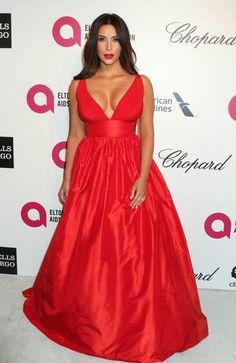 Kim Kardashiam chama atenção em festa do Oscar com um imenso decote | Celegram