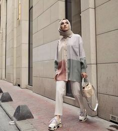 Hijab is beautiful with these styles, you can easily copy the whole style from the pictures below or you'll be inspired by the picture Modern Hijab Fashion, Street Hijab Fashion, Hijab Fashion Inspiration, Muslim Fashion, Modest Fashion, Women's Fashion Dresses, Hijab Fashion Style, Hijab Fashion Summer, Minimal Fashion