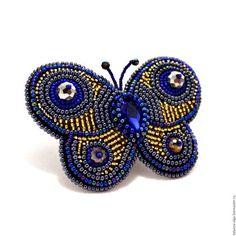 Купить или заказать Брошь Чаровница в интернет-магазине на Ярмарке Мастеров. Брошь в виде бабочки, выполненная в технике вышивка бисером. В центре кристалл насыщенного синего цвета. В работе использованы несколько различных цветов бисера и граненых ронделей, благодаря чему 'окрас' бабочки воспринимается как переливы от синего до золотого. Брошь больше всего подходит для вечернего выхода. Очень красиво переливается при искусственном освещении.…