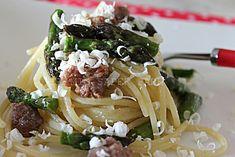 Pasta con asparagi salsiccia fresca e cacioricotta
