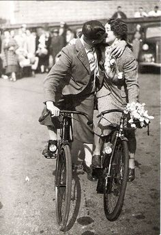 vintage everyday: Bicycle kiss in the Vintage Kiss, Vintage Couples, Vintage Love, Retro Vintage, Vintage Style, The Kiss, Vintage Photographs, Vintage Photos, Anjou Velo Vintage