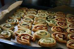 Deze hapjes waren altijd weer een hit op elke verjaardag, en nog zo gemakkelijk ook. Plantaardige croissantdeeg is te koop bij de Aldi en Hoogvliet (Tante Fanny) en de biologische pesto van de AH is zonder kaas. Erg geschikt om lekkere hapjes mee te maken!