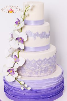 Tort de nunta cu ruffles mov si orhidee