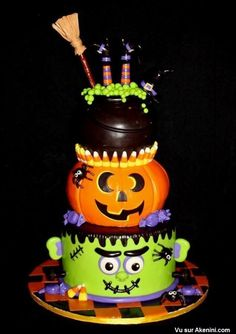 My birthday is the day before Halloween. I would love this as a birthday cake! Halloween Desserts, Plat Halloween, Halloween Torte, Pasteles Halloween, Dulces Halloween, Halloween Birthday Cakes, Halloween Food For Party, Halloween Treats, Cake Birthday