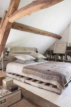 sypialnia z łóżkiem z palet,skrzynki i npalety w wiejskich aranżacjach,pomarańczowe poduszki na paletach,palety jako siedziska,palety w lofc...
