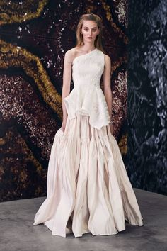 Maticevski Spring 2018 Ready-to-Wear Fashion Show Collection: See the complete Maticevski Spring 2018 Ready-to-Wear collection. Look 21 Big Dresses, Dresses For Teens, Off Shoulder Outfits, Bridal Gowns, Wedding Dresses, Fashion Show Collection, Mode Inspiration, Couture Dresses, Stylish Outfits