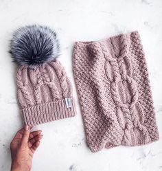 Доброго-предоброго дня❄️ У нас сегодня лёг снежок, надолго ли? Представляю вашему вниманию шапку с новым узором и к ней снуд☺️ Почти день потратила на поиски чего-то нового, нашла... и всё равно в процессе узор подстроила и изменилаКак вам? А комплект красивого пудрового цвета В НАЛИЧИИ Связан из очень мягкой и тёплой полюбившейся мной пряжи премиум качества Состав: 70% меринос, 30% беби альпака Размер: 54-57 Стоимость комплекта 5800р❌ПРОДАН❌ Отправка почтой либо курьером! Дл...