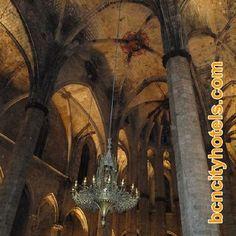 """Interior de la iglesia de Santa Maria del Mar, popularmente conocida como """"Catedral del Mar"""" // Interior of the church of Santa Maria del Mar, popularly known as the """"Cathedral of the Sea"""""""