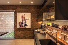 Denise Barretto se inspirou nos elementos da natureza, como a terra, a pedra e a madeira, para conceber o Espaço dos Convidados, que é dedicado ao relaxamento e perfeito para reunir a família e os amigos. O projeto de 218 m² integra living, cozinha e terraço. Reunidos num único ambiente, o living