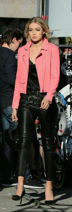 Gigi Hadid Knows How to Rock a Pair of Leather Pants : Gigi Hadid in leather pants and a pink biker jacket Gigi Hadid Outfits, Gigi Hadid Style, Look Fashion, Fashion Models, Fashion Trends, Bon Look, Street Style, Pink Jacket, Looks Style