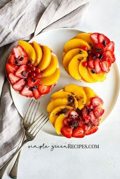Vegan Bagels with Strawberries & Preserved Peaches. If you are looking for a vegan and/or gluten free breakfast, do not look no more, you can't go wrong with this one. #breakfast #brunch #foodstyling #veganfood #vegan #foodblogger  #foodphotography #vegetarian #dairyfree