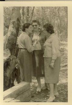 הסבתות:- צילי (אמא של מרגלית ברויר), אמא ויס (אמא של חנה זעירא), אמא פלגי (אמא של יהודה פלגי
