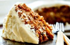 The BEST carrot cake recipe I have ever found! A buttermilk glaze seeps into the warm cake layers making it extra moist. Then a delicious cream cheese frosting is added to bring all the flavors togeth (Vegan Cake Layer) Just Desserts, Delicious Desserts, Dessert Recipes, Yummy Food, Elegant Desserts, Good Food, Savoury Cake, Let Them Eat Cake, Cupcake Cakes