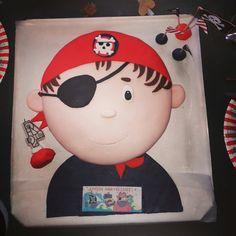 Gâteau d'anniversaire pirate avec décoration en pâte à sucre ! Decoration, Pirates, Hello Kitty, Fictional Characters, Pirate Birthday Cake, Birthdays, Sugar, Decor, Decorations