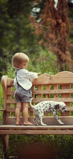 Enfant et chiot dalmatien