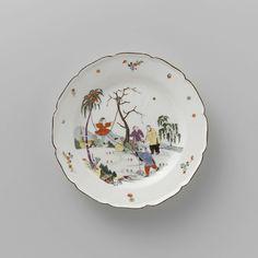 Meissener Porzellan Manufaktur | Plate, Meissener Porzellan Manufaktur, c. 1735 | Rond bord van beschilderd porselein. Het bord heeft een geschulpte rand. De spiegel is beschilderd met een contour-chinoiserie bestaande uit vier figuren in een landschap; een van hen schommelt op een tussen twee bomen gespannen touw, dat door een tweede wordt getrokken, de derde en vierde figuur zijn in gesprek. Het bord is gemerkt.