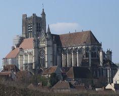La cathédrale Saint-Étienne d'Auxerre remonte au 3°s, i° âges du christianisme en Gaule. Elle a été reconstruite 5 fois et c'est du 13°s que date la cathedrale actuelle. Le chantier a été lent et cette constuction ambitieuse est laissé inachevée au niveau du clocher S à la fin du 16°s. L'édifice est conforme au style gothique du N de la France même si sa lente genèse entraîne des variations décoratives. Le sous sol a conservé les cryptes romanes du bâtiment précédent