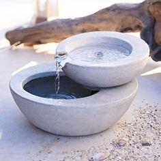Brunnen in geschmackvollem Grau in gefälliger runder Form mit 2 Ebenen.