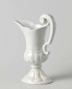 Anonymous | Lampetkan met deels geribde buik, op hoge gewelfde geribde voet, Anonymous, c. 1710 - c. 1740 | Lampetkan van ongedecoreerde faience, op een hoge gewelfde en geribde voet. De onderkant van de buik van de kan is geribd. De bovenrand van de kan is geschulpt en heeft een brede lip. Het oor is s-voluutvormig.