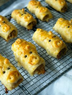 Piggie Rolls / Pork Bacon And Cheese Sausage Rolls Pork Bacon, Bacon Sausage, Cheese Sausage, Chicken Bacon, Pastry Recipes, Cooking Recipes, Mince Recipes, Banting Recipes, Savoury Recipes