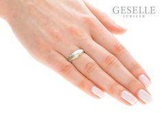 Fantazyjny pierścionek z dwukolorowego złota z trzema brylantami o masie 0,09 ct - GRAWER W PREZENCIE | PIERŚCIONKI ZARĘCZYNOWE \ Brylant \ Dwukolorowe złoto od GESELLE Jubiler