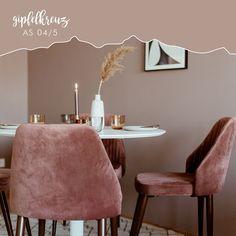 Wählt eine Wand im Raum und streicht diese in einer hellen Puderfarbe. Mit Stühlen in einem zarten Altrosa setzt ihr edle Akzente. Helle Möbel verleihen schlichte Eleganz und lassen den Raum nicht überladen wirken. Dining Chairs, Inspiration, Elegant, Table, Furniture, Home Decor, Bright Colored Furniture, Wall Paint Colors, Simple Elegance