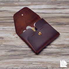 Handbags And Wallets - Porte cartes en cuir cas porte-monnaie portefeuilles en par LeLeons - How should we combine handbags and wallets? Leather Wallet Pattern, Handmade Leather Wallet, Leather Card Case, Leather Pouch, Leather Tooling, Leather Purses, Leather Wallets, Leather Art, Leather Design