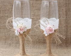 Artículos similares a Rustic Country Wedding Glasses Cottage Chic Toasting glasses Rustic Mr and Mrs Toasting Flutes Bride and Groom Champagne Glasses en Etsy Rustic Wedding Glasses, Bride And Groom Glasses, Yosemite Wedding, Wedding Toasts, Wedding Sets, Chic Wedding, Table Wedding, Wedding Reception, Rustic Chic