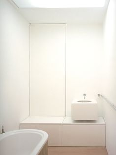 Minimalistic bathroom by John Pawson #white #minimalism #interiordesign - More wonders at www.francescocatalano.it