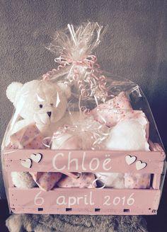 Wat een lief Kraamcadeau pakket samengesteld voor een meisje. Dit is ook een superleuk zelfgemaakt idee.