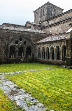 Cloister by Max Rewinski on In the cloister of Collegiata de Santa Juliana, Santillana de Mar, Cantabria, Spain Romanesque Architecture, Spanish Architecture, Church Architecture, Unique Buildings, Beautiful Buildings, Beautiful Places, Places In Spain, Places To See, Monuments